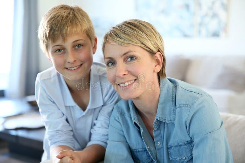 Усмехаясь мать и сын дома стоковая фотография