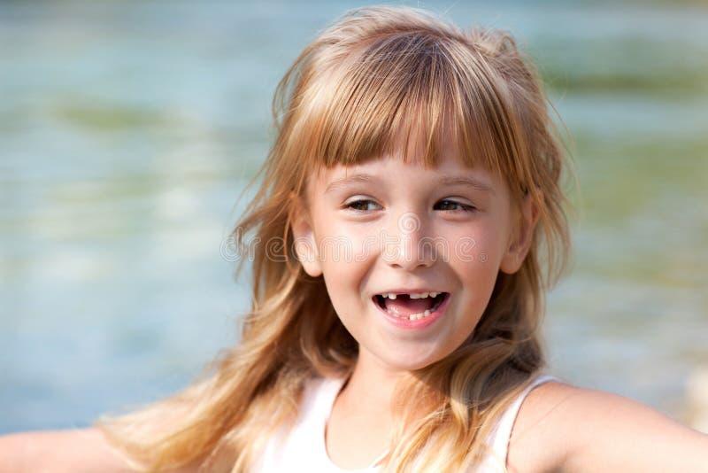Усмехаясь маленькая девочка без зуба стоковые изображения