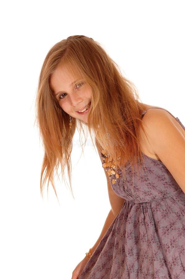 Усмехаясь маленькая девочка гнуть вниз стоковая фотография rf