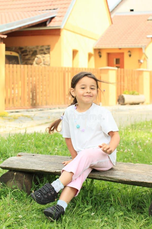 Усмехаясь маленькая девочка стоковые изображения