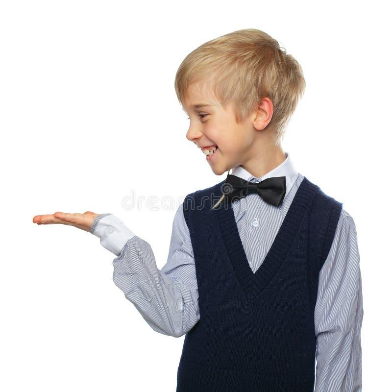 Усмехаясь мальчик на белизне стоковое изображение rf