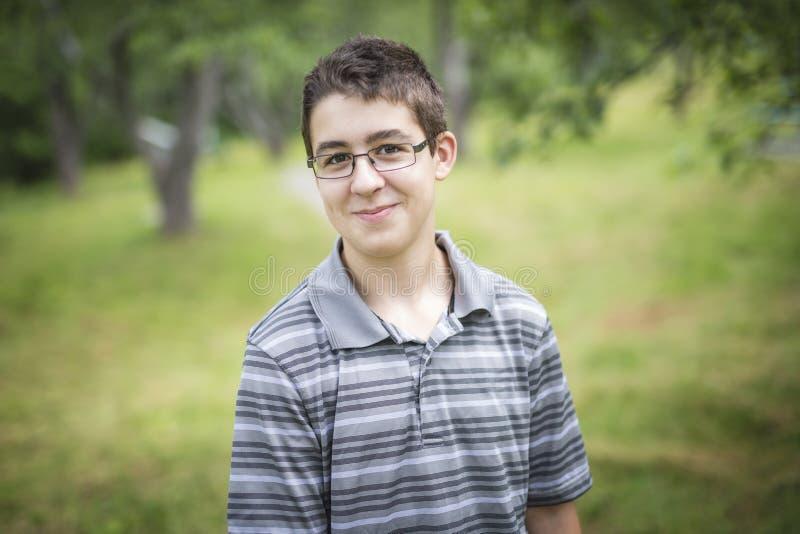 Усмехаясь мальчик ребенк подростковый стоковое изображение rf