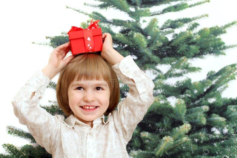 Download Усмехаясь мальчик с подарком в красной коробке Стоковое Фото - изображение насчитывающей влюбленность, счастливо: 33734498