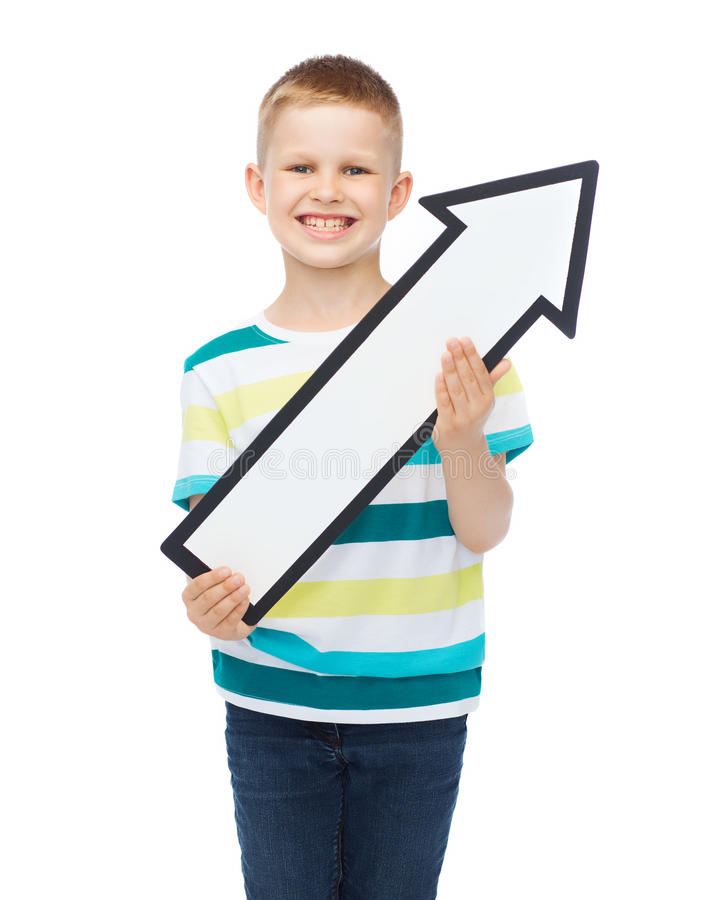 Усмехаясь мальчик с пустой стрелкой указывая вверх стоковое изображение rf