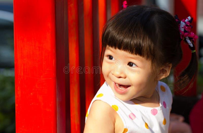 Усмехаясь милая девушка стоковые фото