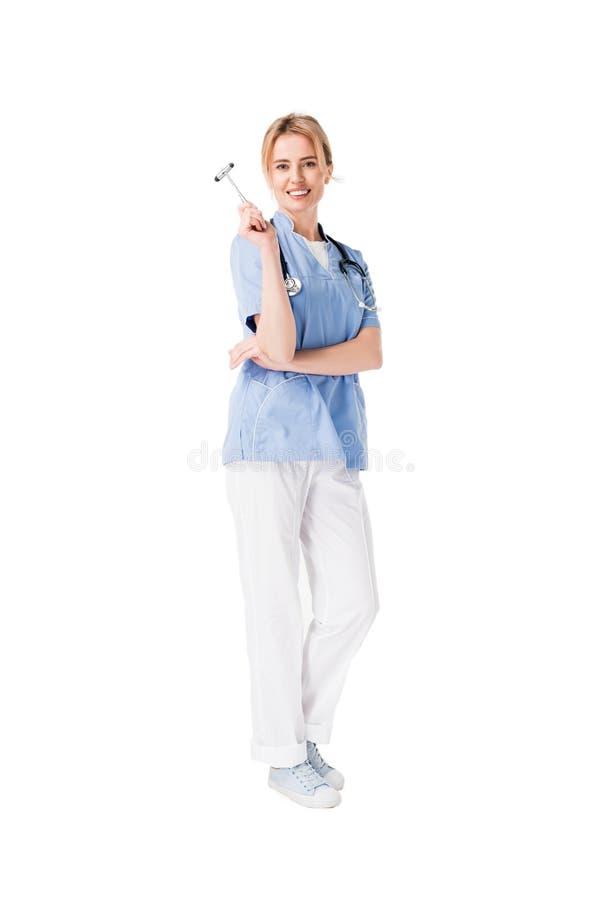 Усмехаясь молодая медсестра в форме с рефлекторным молотком стоковые изображения