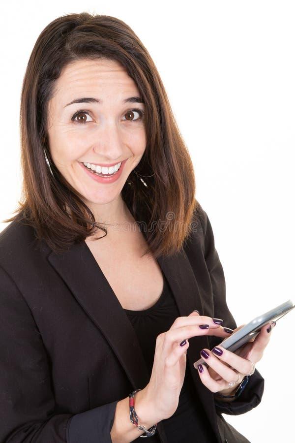 Усмехаясь молодая привлекательная бизнес-леди используя смартфон стоковые изображения rf
