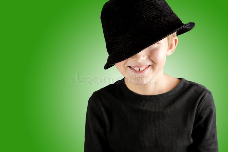 Усмехаясь молодой мальчик с жестом очень счастливым и содержания на желтой предпосылке стоковое фото rf