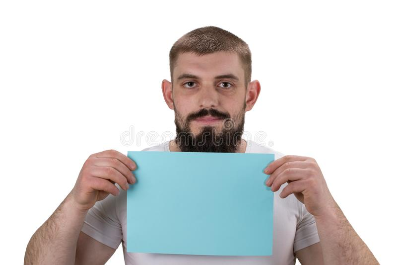 Усмехаясь молодой человек держа пустым подписывает внутри руки на белизне стоковые фото