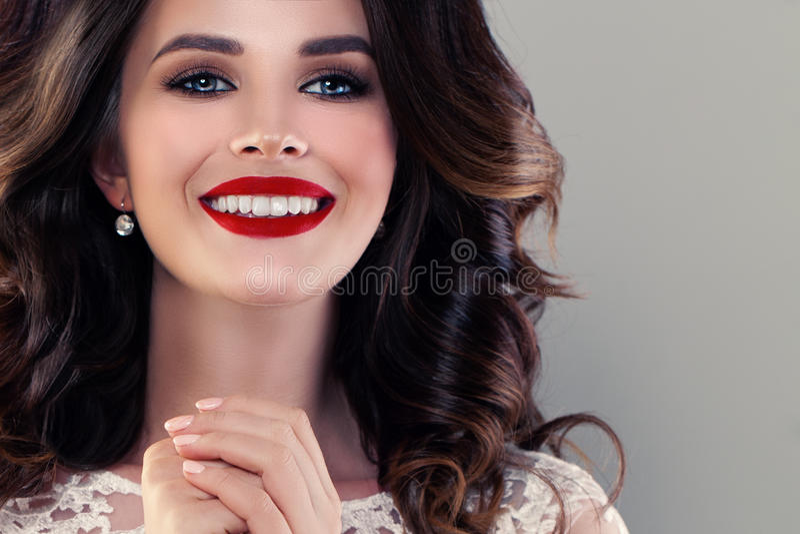 Усмехаясь модельная женщина с милой здоровой улыбкой сторона крупного плана милая стоковые фотографии rf