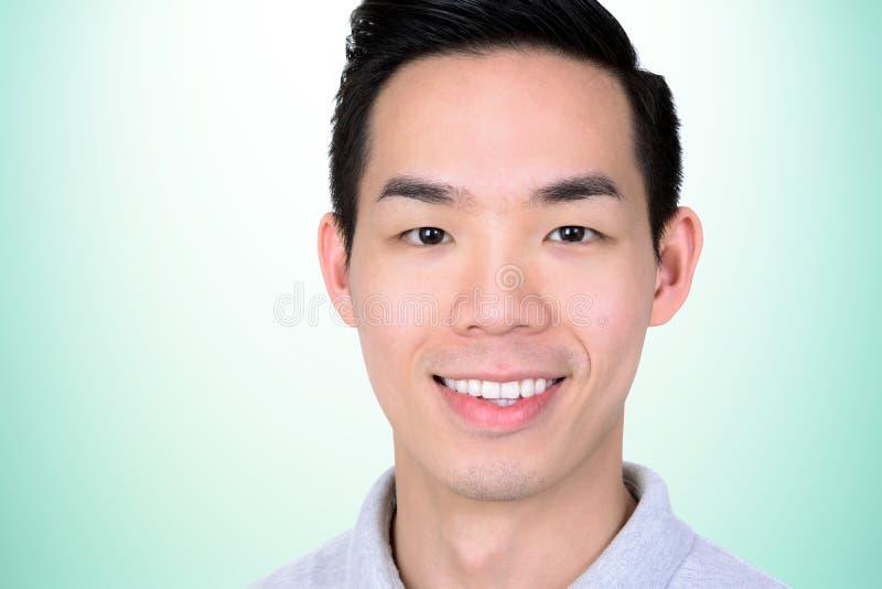Усмехаясь молодая азиатская сторона человека - близкое поднимающее вверх стоковые фотографии rf