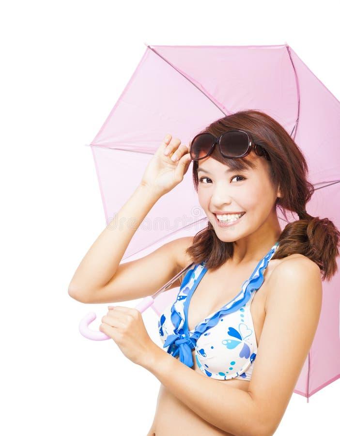 Усмехаясь молодая женщина держа зонтик стоковая фотография rf