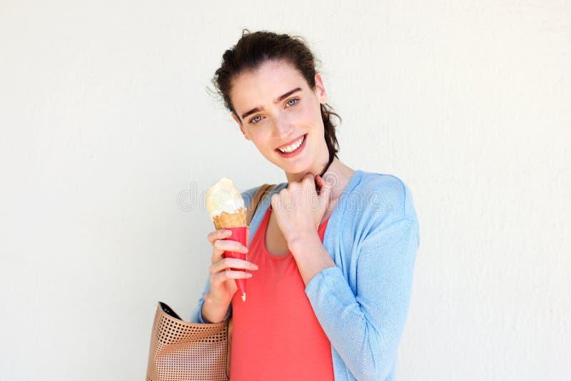 Усмехаясь молодая женщина держа мороженое стоковое изображение rf