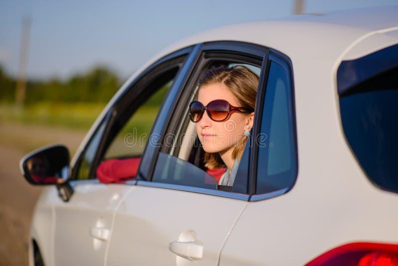Усмехаясь молодая женщина на поездке стоковое изображение rf