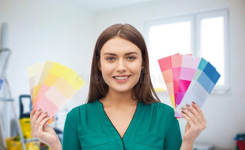 Усмехаясь молодая женщина с образцами цвета стоковое фото rf