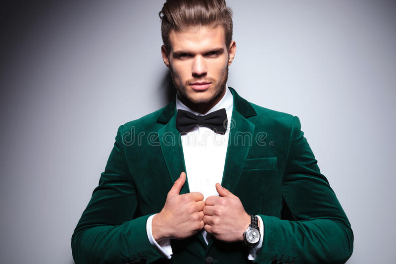 Усмехаясь молодой человек в элегантном костюме бархата стоковое фото rf