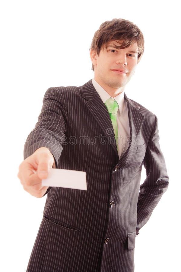 усмехаясь молодой человек в striped костюме и связи показывает личную карточку стоковое фото rf
