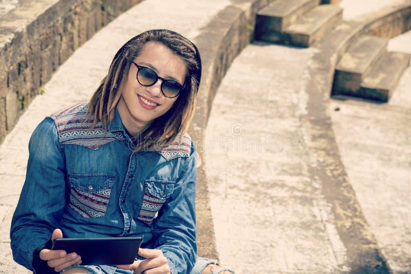 Усмехаясь молодой человек с концепцией таблетки nostal новых веяний ретро стоковые фото