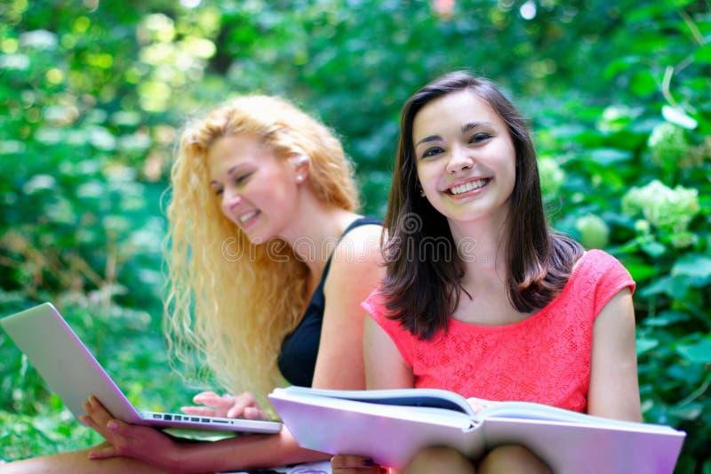 Усмехаясь молодые студентки стоковое изображение rf