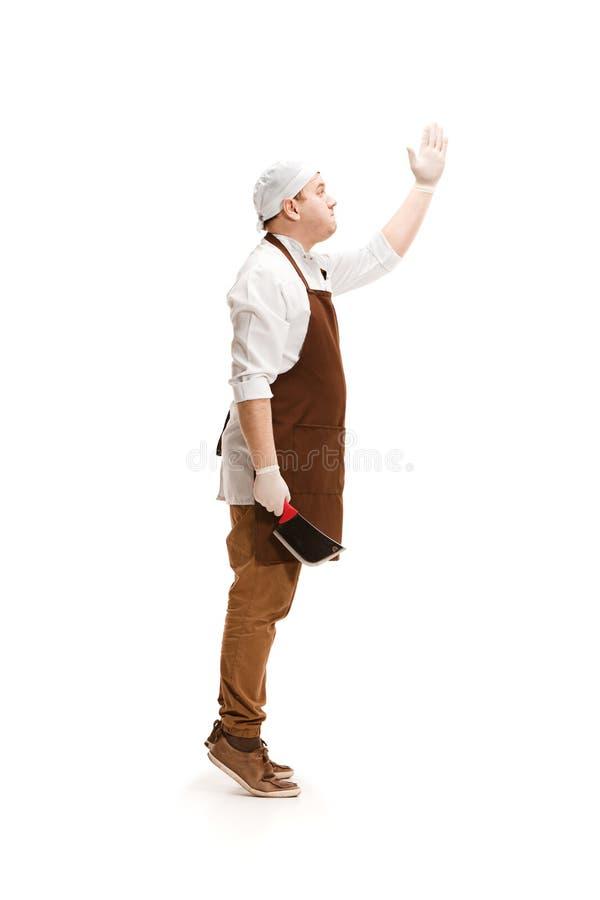 Усмехаясь мясник представляя при дровосек изолированный на белой предпосылке стоковое изображение