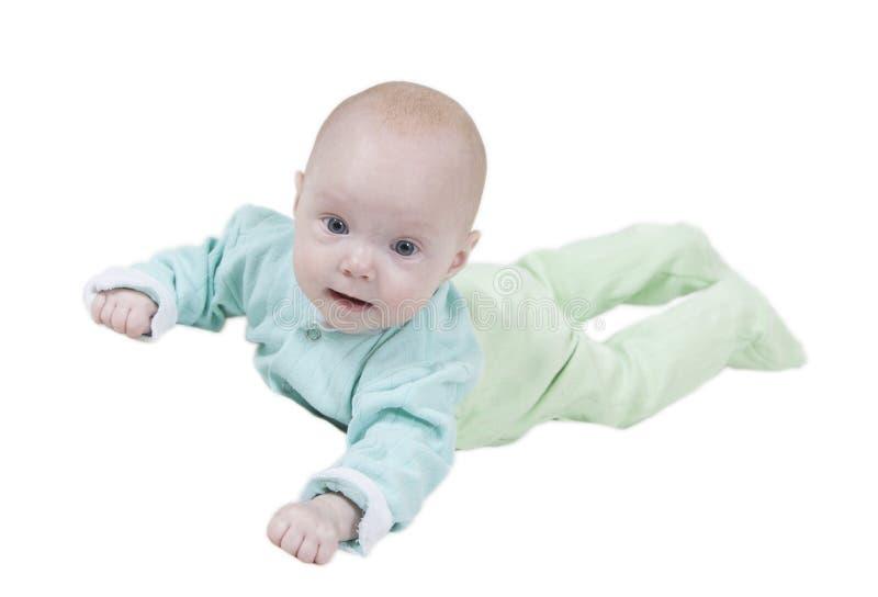 Усмехаясь младенец на белой предпосылке стоковые фотографии rf