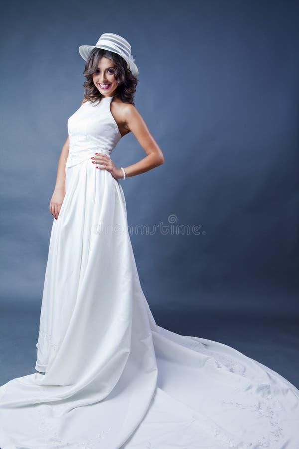 Усмехаясь невеста с шляпой стоковое фото rf