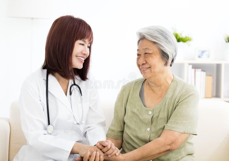 Усмехаясь домашний попечитель с старшей женщиной стоковое изображение rf