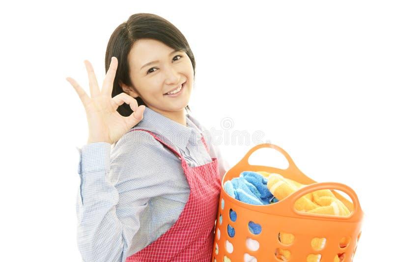 Усмехаясь домохозяйка стоковая фотография