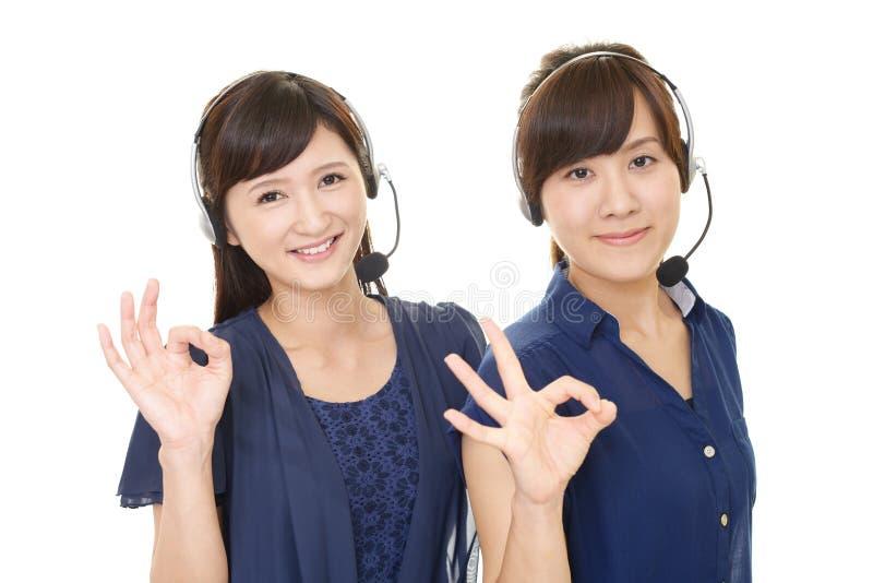 Усмехаясь операторы центра телефонного обслуживания стоковая фотография rf