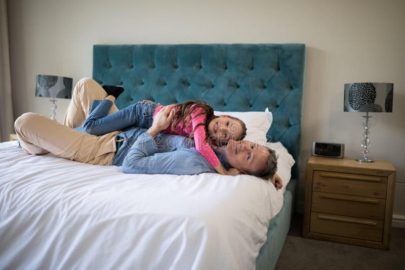 Картинка большой папа на краю кровати стмаоерткой дочкой