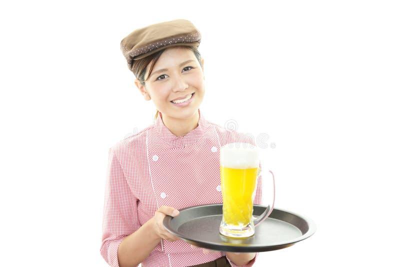 Усмехаясь официантка стоковые фото