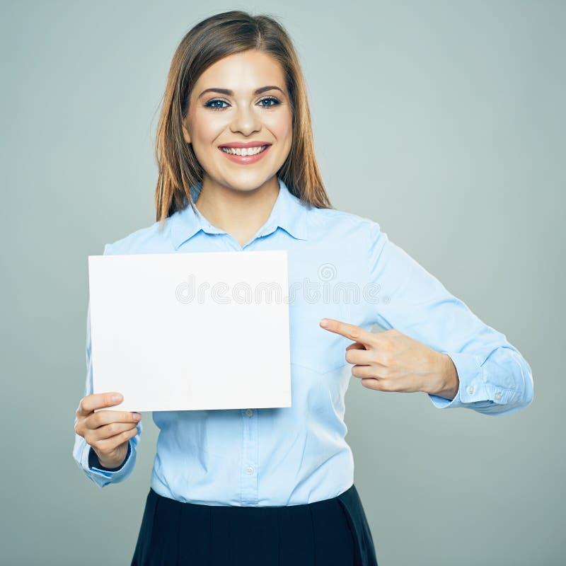 Усмехаясь палец бизнес-леди указывая на белое дело всходит на борт стоковое изображение rf