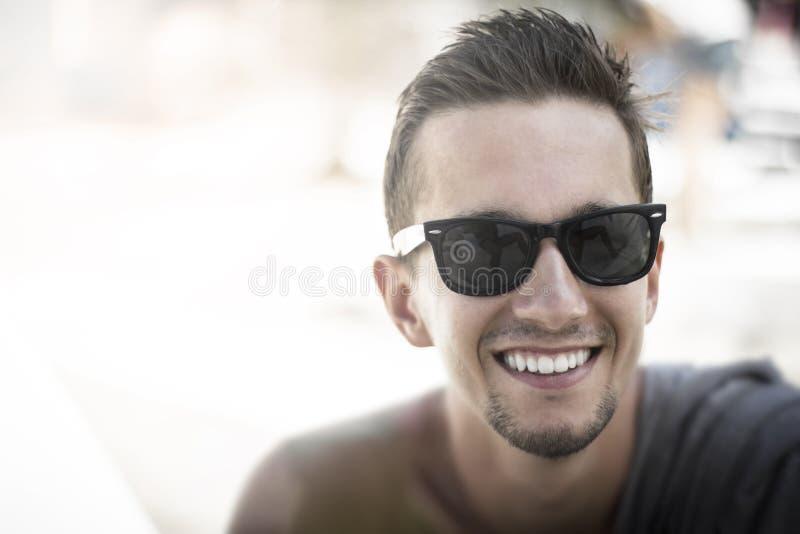Мужчина в очках потерял гравитацию фото