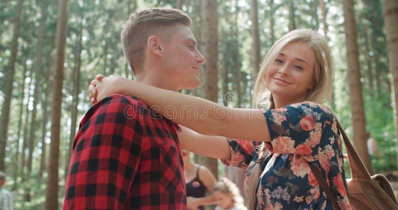 Усмехаясь пары ослабляя в древесинах стоковая фотография rf