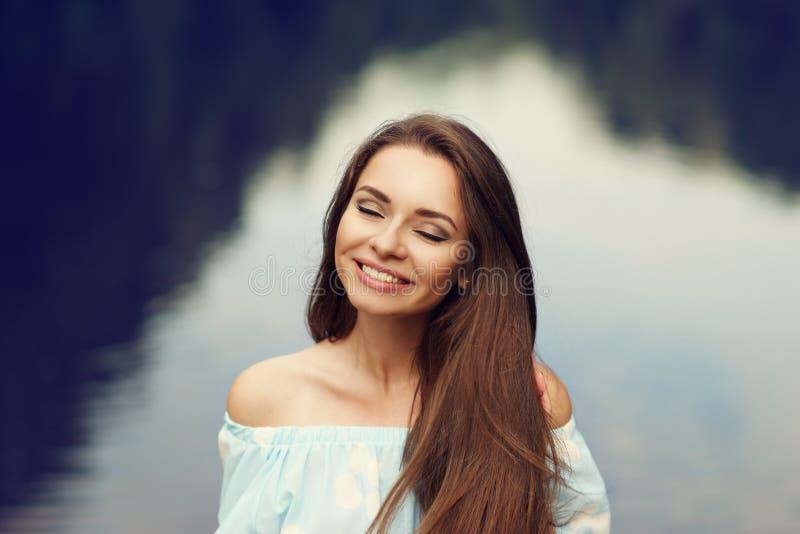 Усмехаясь портрет девушки outdoors стоковое изображение