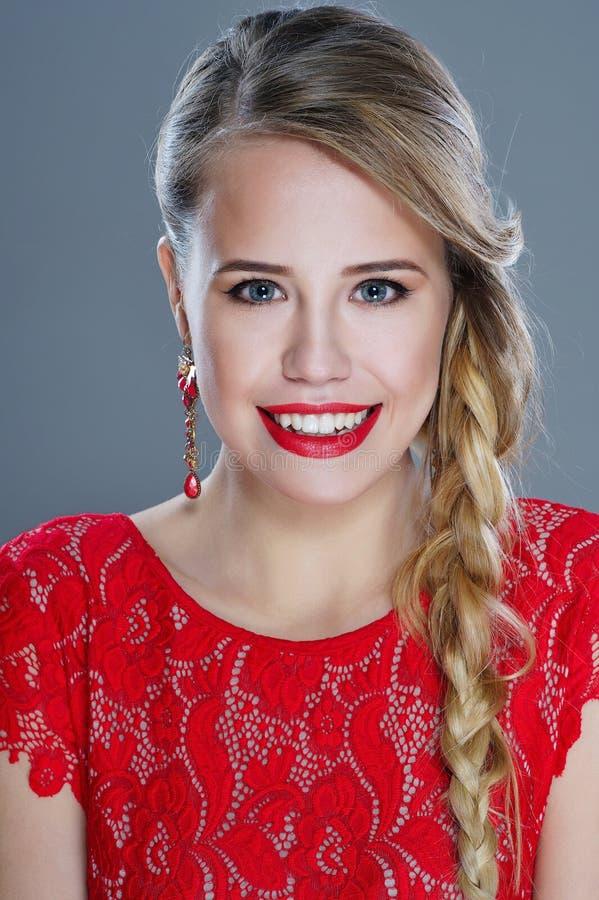 Усмехаясь портрет крупного плана женщины с красной губной помадой стоковые фотографии rf