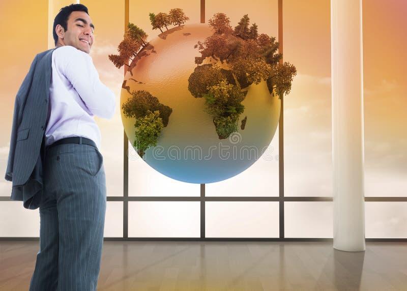 Усмехаясь положение бизнесмена стоковое изображение