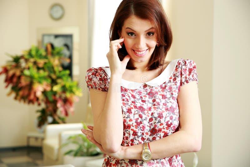Download Усмехаясь положение женщины Стоковое Изображение - изображение насчитывающей привлекательностей, яркое: 37927057