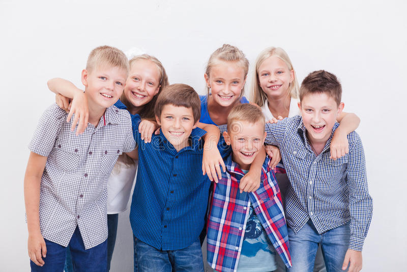 Усмехаясь подростки на белизне стоковые фотографии rf