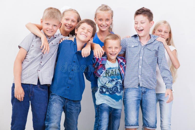 Усмехаясь подростки на белизне стоковое изображение