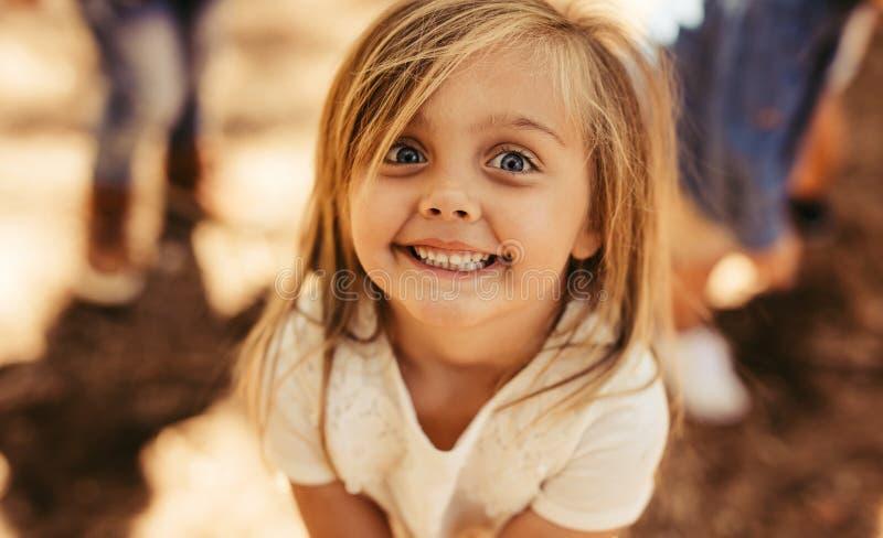 Усмехаясь прелестная девушка стоковое фото rf