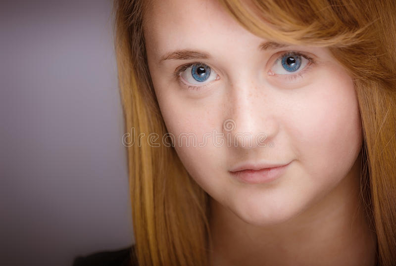 Усмехаясь предназначенный для подростков крупный план девушки стоковая фотография rf