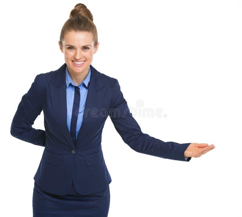Усмехаясь приветствовать бизнес-леди стоковое изображение rf