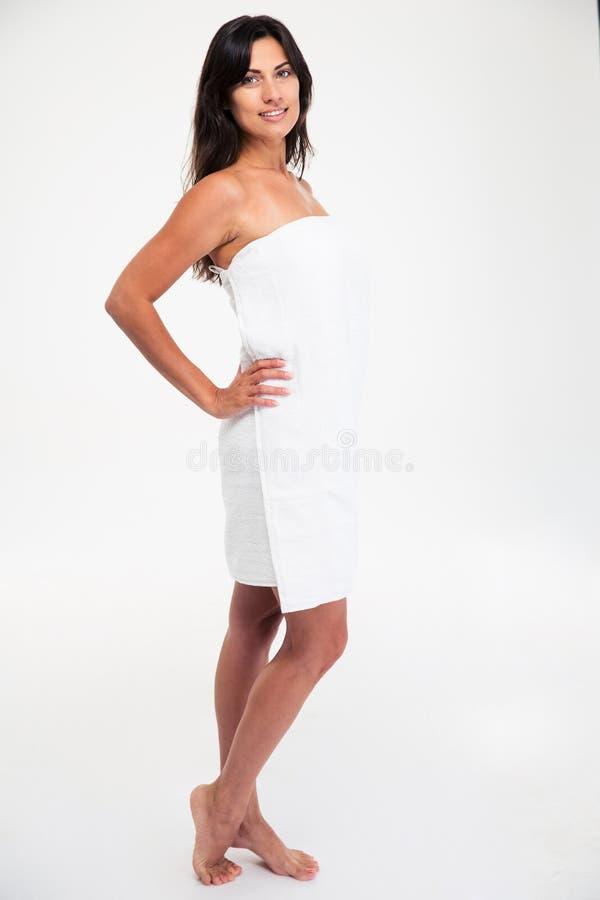 Усмехаясь привлекательная женщина в полотенце стоковая фотография