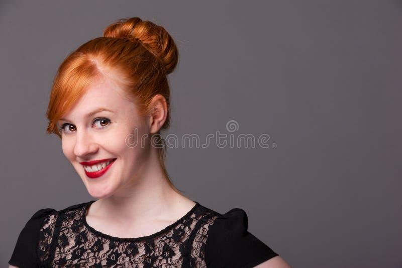 Усмехаясь привлекательный redhead стоковое изображение