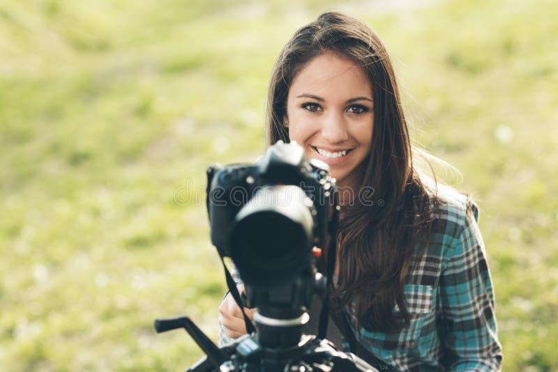 Усмехаясь профессиональный фотограф стоковая фотография