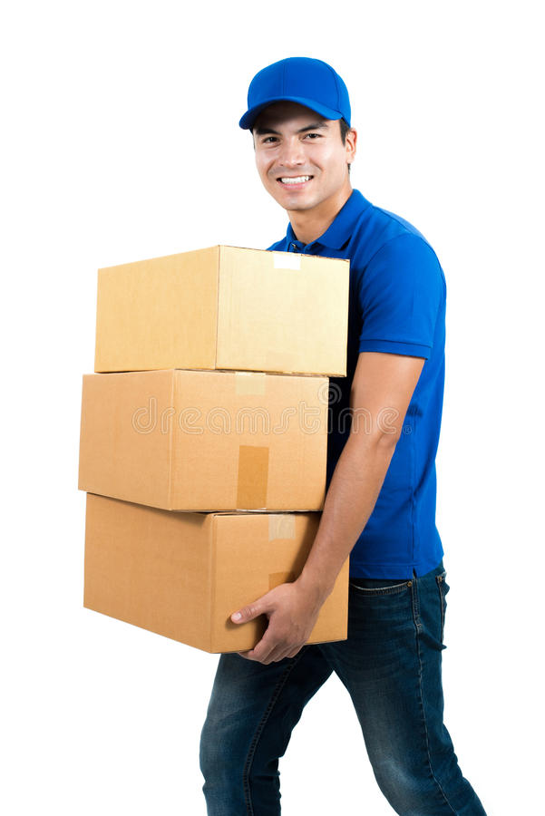 Усмехаясь работник доставляющий покупки на дом держа коробки стоковые изображения rf