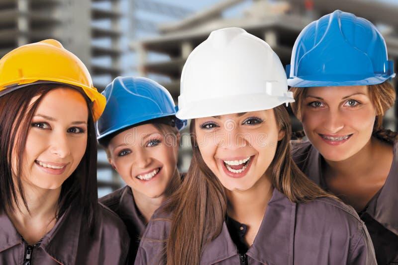 Усмехаясь рабочий-строители женщины команды стоковые фотографии rf
