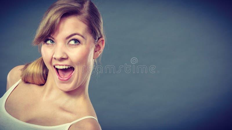 Усмехаясь радостный портрет девушки стоковая фотография