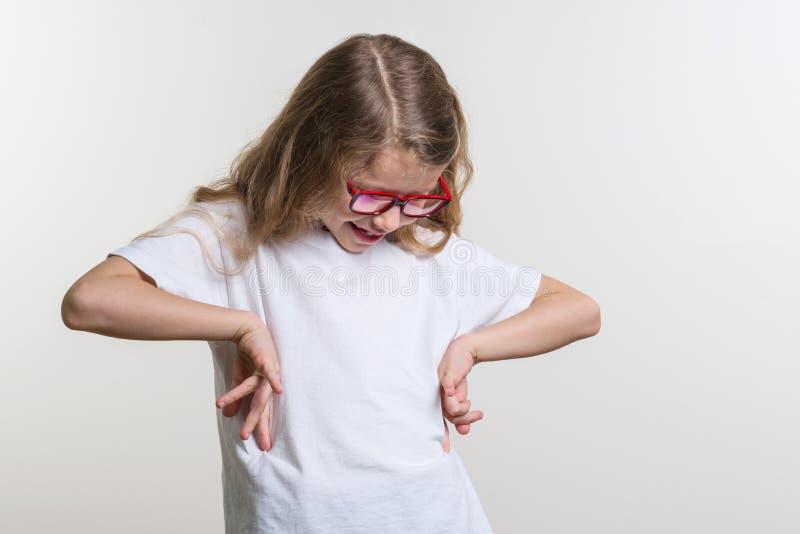 Усмехаясь ребенок девушки в пустой белой футболке стоковые изображения rf